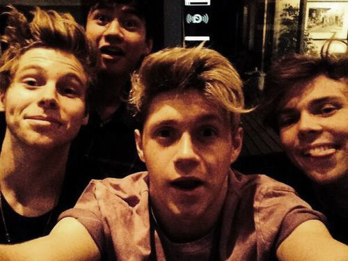 5 seconden of Summer achtergrond entitled 5sos and Niall