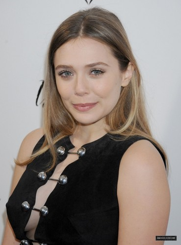Elizabeth Olsen fond d'écran with a portrait titled 'In Secret' Los Angeles Premiere (February 7, 2014)
