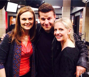 Sarah visits David on 'Bones' set ♥