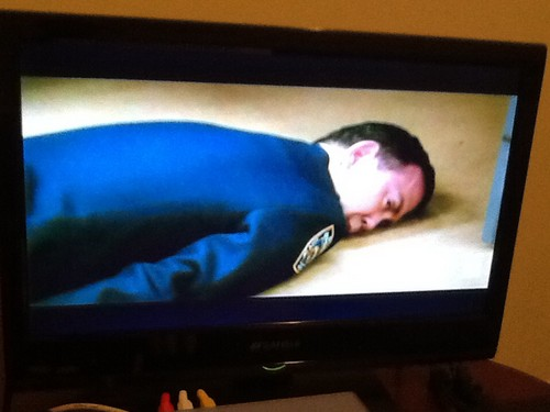 Brooklyn Nine-Nine Hintergrund with a Fernsehen receiver and a high definition Fernsehen titled Devastated Boyle
