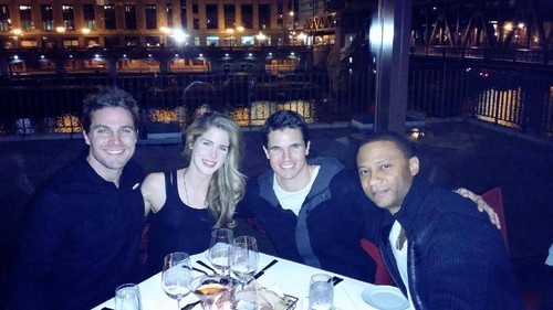 Emily Bett Rickards Hintergrund with a straße and a business suit entitled Emily, Stephen, David and Robbie in Chicago