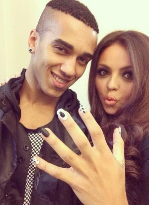 Jesy yesterday with her new nails ❤