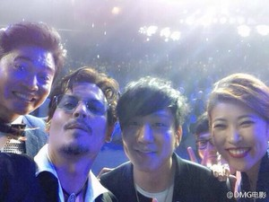 Johnny did a selfie with fans in Beijing (Mar 2014)