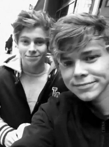 Luke Hemmings wallpaper entitled Luke and Ashton❤