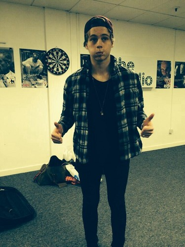 5 segundos of summer wallpaper possibly containing a business suit and a well dressed person entitled Luke hemmings