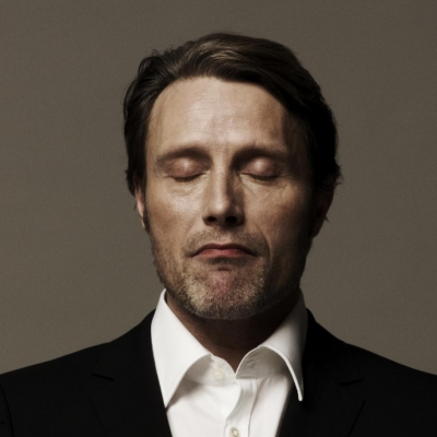 Mads Mikkelsen karatasi la kupamba ukuta containing a business suit, a suit, and a two piece titled Mads Mikkelsen