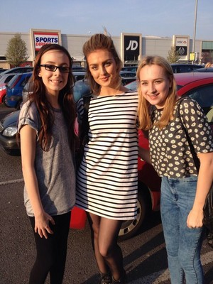 Perrie with অনুরাগী today