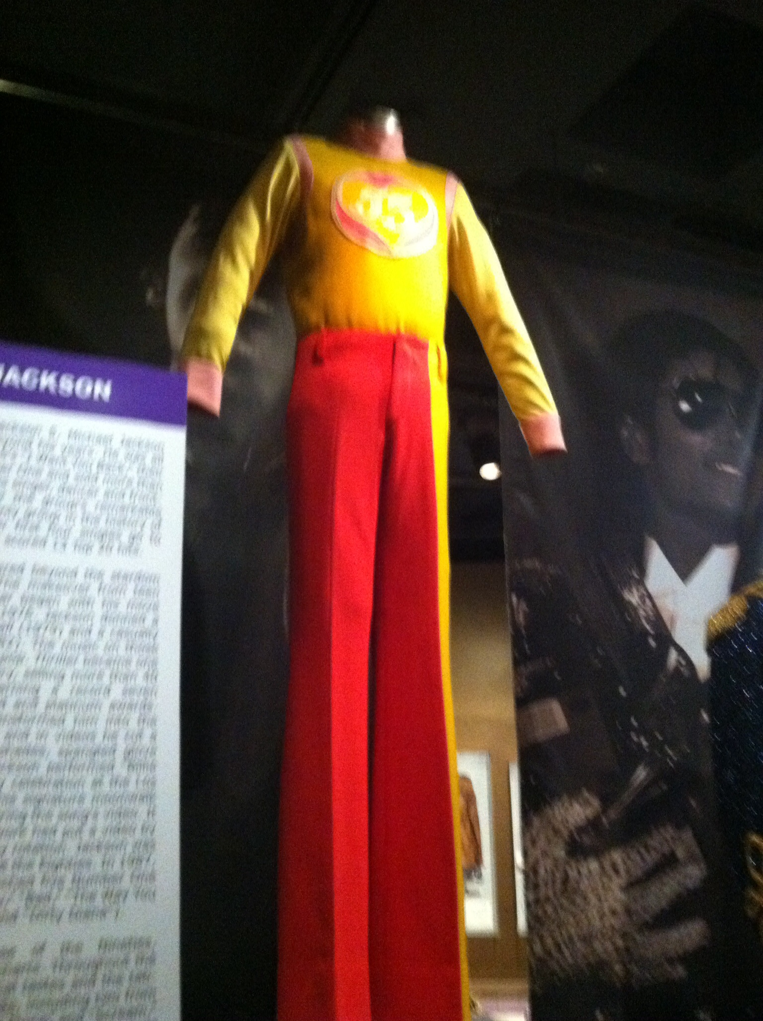 Picture of one of Michael's J5 outfits in the Rock and Roll Hall of Fame taken por me :)