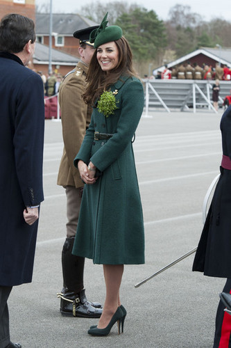 Prinz William Hintergrund containing a business suit called Royals Enjoy the St. Patrick's Tag Parade