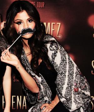 Selena Gomez যেভাবে খুশী Pics ♥