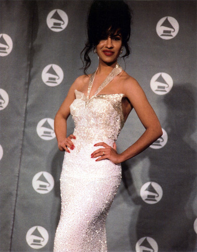 Selena Quintanilla-Pérez 壁紙 probably with a bridesmaid, a ディナー dress, and a ガウン titled Selena Grammy 1993