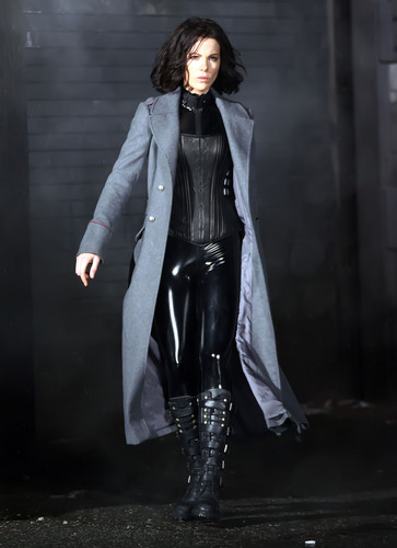 Underworld fond d'écran with a well dressed person, an overgarment, and a business suit entitled Selene.......