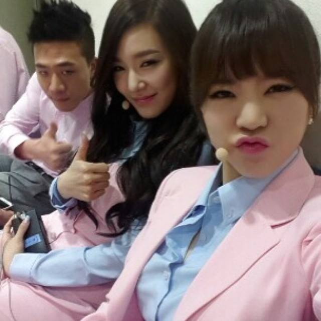 Tiffany and Sunny selca with Mr.Mr back up dancer ...