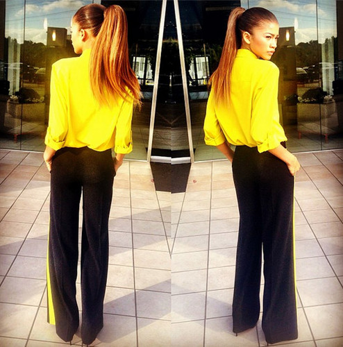 Зендая Коулман Обои probably with a revolving door, a pantleg, and long trousers called Zendaya Coleman