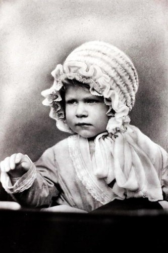 Queen Elizabeth II achtergrond with a bonnet called young elizabeth