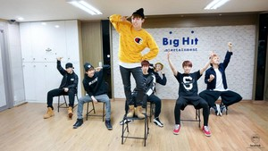 방탄소년단 pictures from their practice session