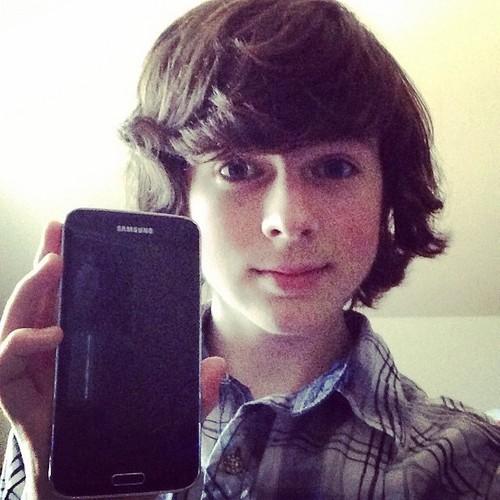 Chandler Riggs Hintergrund called Chandler selfie with his new Samsung s5