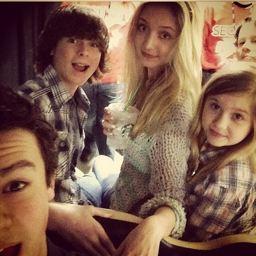 Chandler Riggs Hintergrund with a portrait titled Chandler with Hana, Kyla (from the walking dead), his brother and a friend