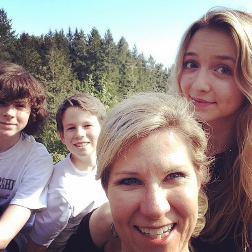Chandler Riggs Hintergrund possibly with a portrait titled Chandler with his brother, mom and Hana during Spring break