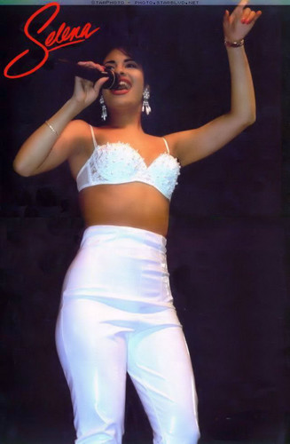 Selena Quintanilla-Pérez wallpaper entitled Queen Selena ♥
