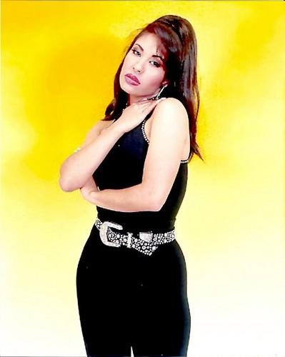 Selena Quintanilla-Pérez wallpaper probably containing attractiveness and a bikini called Queen Selena ♥