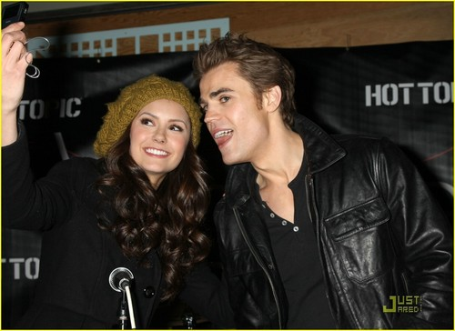 Stelena vs Delena پیپر وال probably containing a business suit and a well dressed person entitled Stelena selfie time