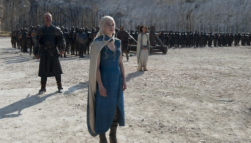 Daenerys Targaryen fond d'écran probably with a surcoat, surcot called dany with jorah and missandei