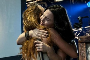 Amy Lee and Lzzy Hale are hugging