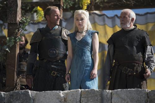 Daenerys Targaryen wallpaper possibly with a breastplate entitled Daenerys Targaryen Season 4