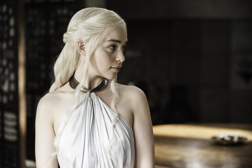 Daenerys Targaryen wolpeyper possibly containing a kaktel dress and a chemise called Daenerys Targaryen Season 4