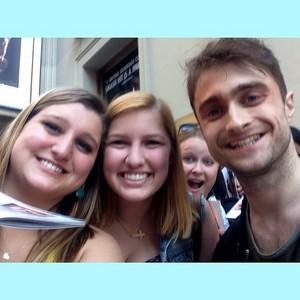 Daniel Radcliffe Selfies With peminat-peminat (Fb.com/DanieljacobRadcliffefanClub)