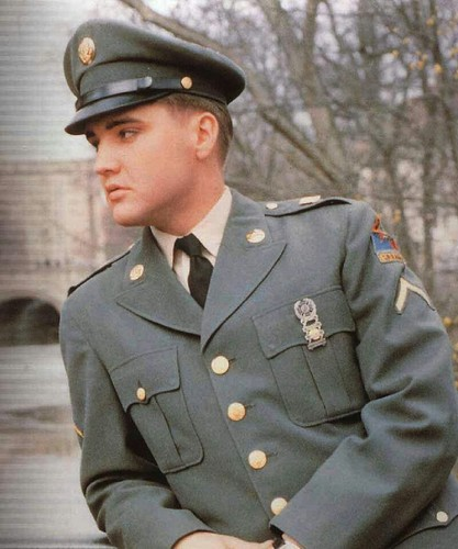 Elvis Presley wallpaper with a green beret, fatigues, and battle dress entitled Elvis During His Stint In The U.S. Army