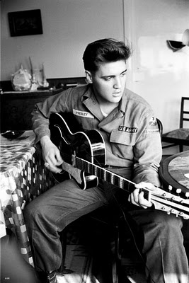 Elvis Presley Hintergrund called Elvis Playing The gitarre