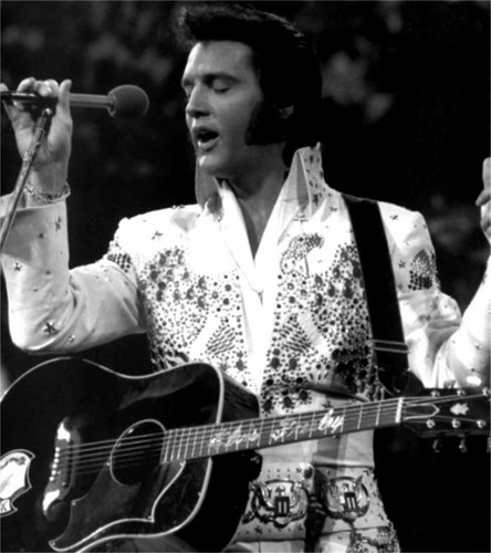 Elvis Presley wallpaper containing an acoustic guitar, a guitarist, and a concert entitled Elvis Presley - Aloha From Hawaii