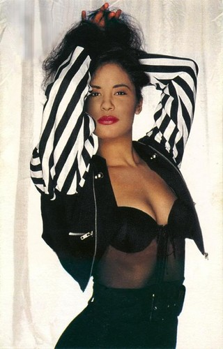 Selena Quintanilla-Pérez wallpaper possibly containing attractiveness and a portrait entitled Entre a Mi Mundo ♥