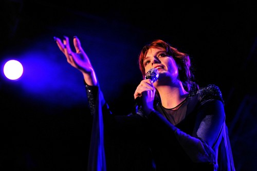 Florence + The Machine karatasi la kupamba ukuta with a tamasha entitled Florence live