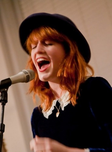 Florence + The Machine karatasi la kupamba ukuta containing a tamasha entitled Florence live