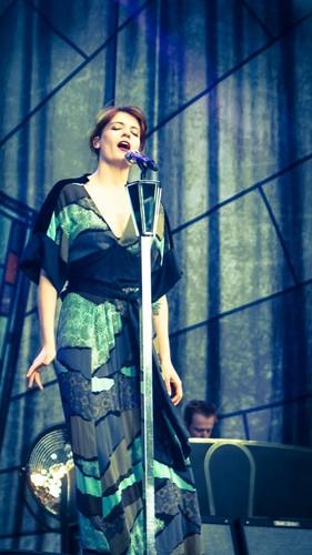 Florence + The Machine karatasi la kupamba ukuta titled Florence live