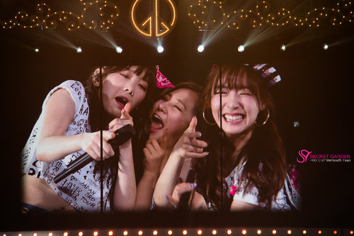Girl's Generation/SNSD karatasi la kupamba ukuta probably containing a tamasha called Girls' Generation 3rd Japan Tour - Taeyeon, Tiffany, and Yuri