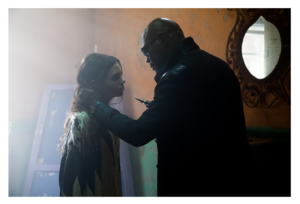 India Eisley and Samuel L. Jackson in 연