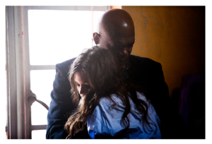 India Eisley and Samuel L. Jackson in cánh diều