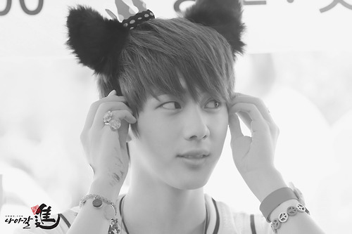 Jin so cute~meow*o*❤ ❥