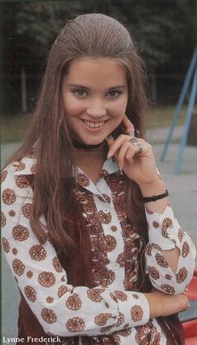 célébrités mortes jeunes fond d'écran probably containing a portrait called Lynne Maria Frederick (25 July 1954 – 27 April 1994)