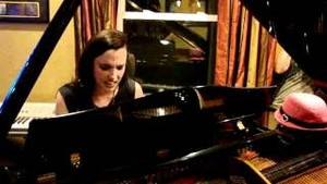Lzzy Hale playing đàn piano
