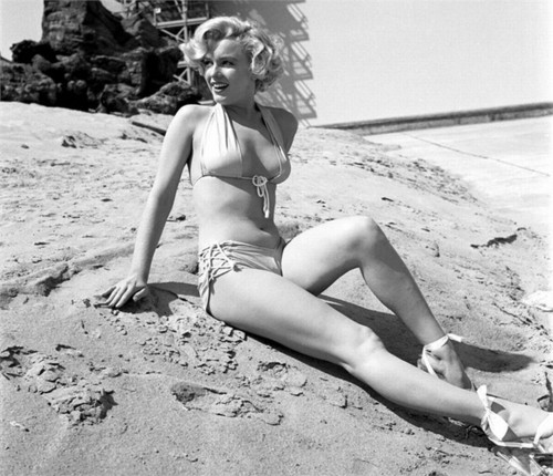 Marilyn Monroe wallpaper containing a bikini entitled Marilyn On The Beach