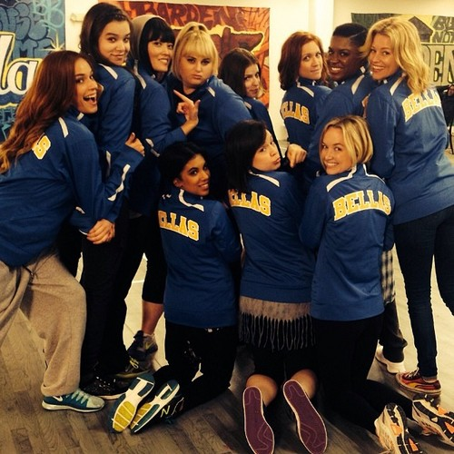 Pitch Perfect karatasi la kupamba ukuta entitled Pitch Perfect 2 Cast picha