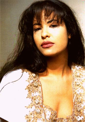 Selena Quintanilla-Pérez wallpaper probably containing a portrait called Queen Selena ♥