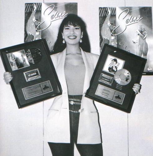 Selena Quintanilla-Pérez wallpaper titled Queen Selena ♥