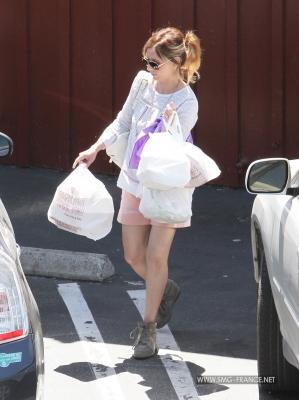 Sarah Running Errands in Brentwood, LA (April 24th, 2014)