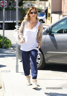 Sarah Running Errands in Brentwood, LA (April 30th, 2014)